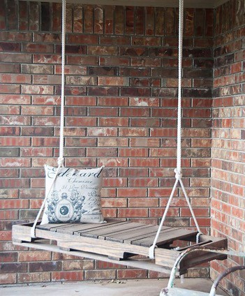 swing made from wooden pallets